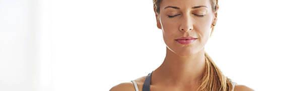 Sophrologie : femme qui fait de la méditation